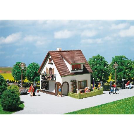 Maison avec pièce mansardée / House with dormer window H0