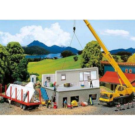 Maison préfabriquée en construction / Prefabricated house under construction H0